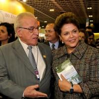 Dilma recebe Livro do presidente da FEB na Bienal